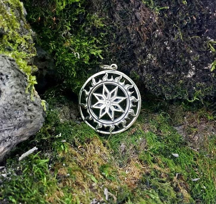 Бронзовый Алатырь на камне