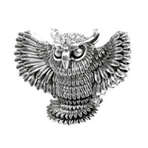 Серебряный шарм сова с распахнутыми крыльями.